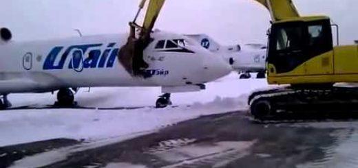 Самолет ломают экскаватором
